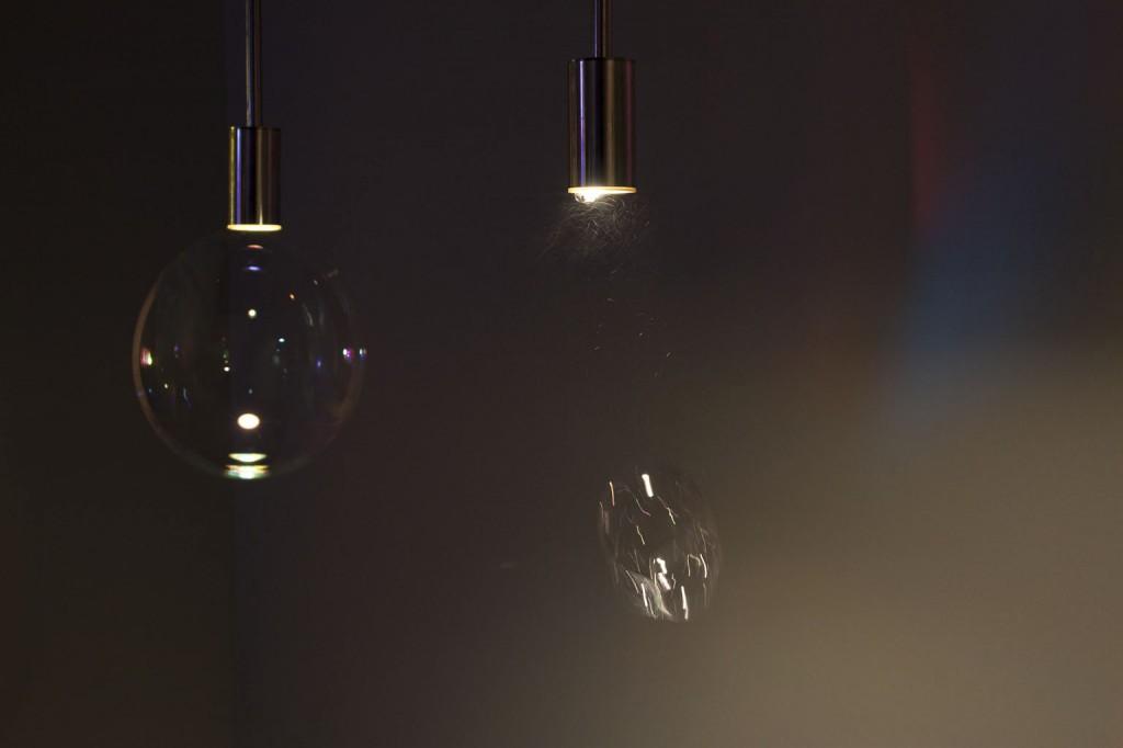 Surface Tension Lamp design by Front Edition BoooUne lampe soufflant des bulles de savon... poétique