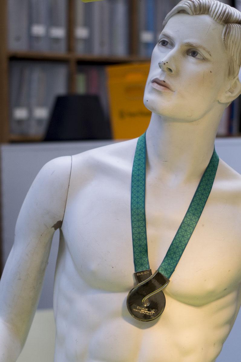 La boucle est bouclée,  médaille dessinée par le 5.5 designstudio pour le Schneider marathon de Paris 2014