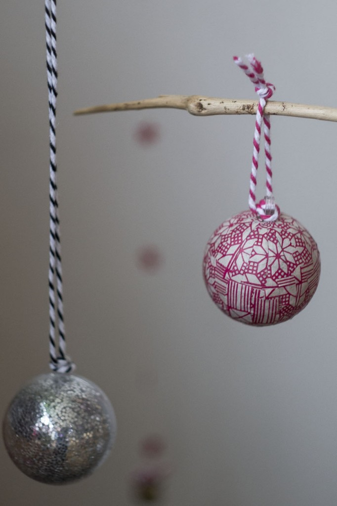 Boule de Noël en papier et pailletée