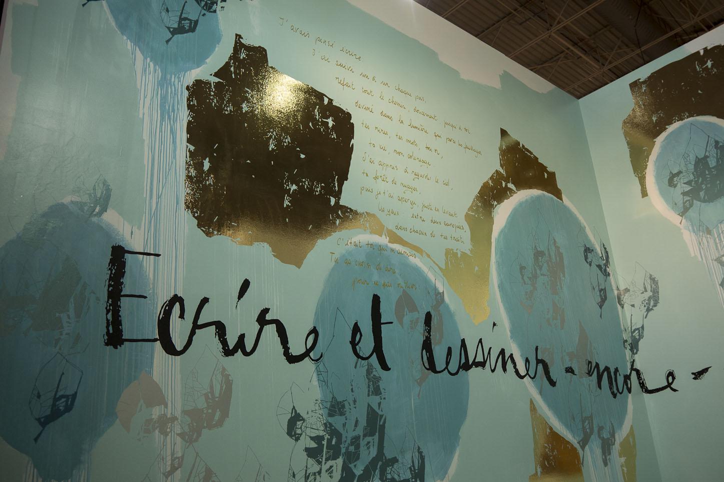 """Oeuvre monumentale... L'hymne graphique à l'expression libre par les """"Poetic wall design artists"""" Mel et Kio Un jeu de matières, entre peinture, feuille d'or, vinyle et calligraphie direct sur le mur"""
