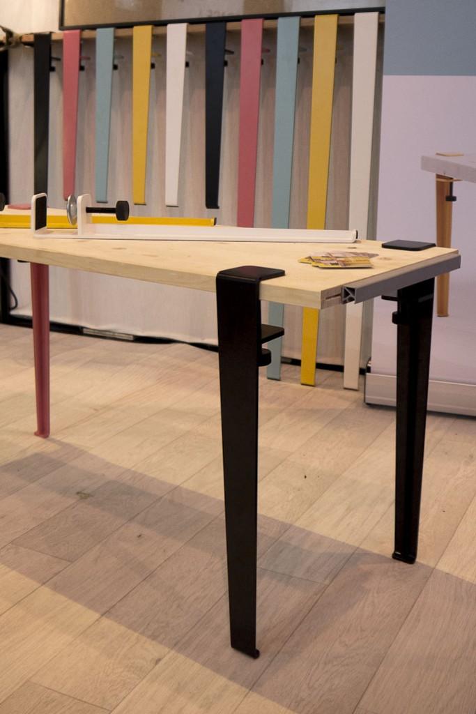 TipToe, un jeu de pieds élégants qui permet de créer avec n'importe quel support une table, un banc, une console, ou un bureau simplement.