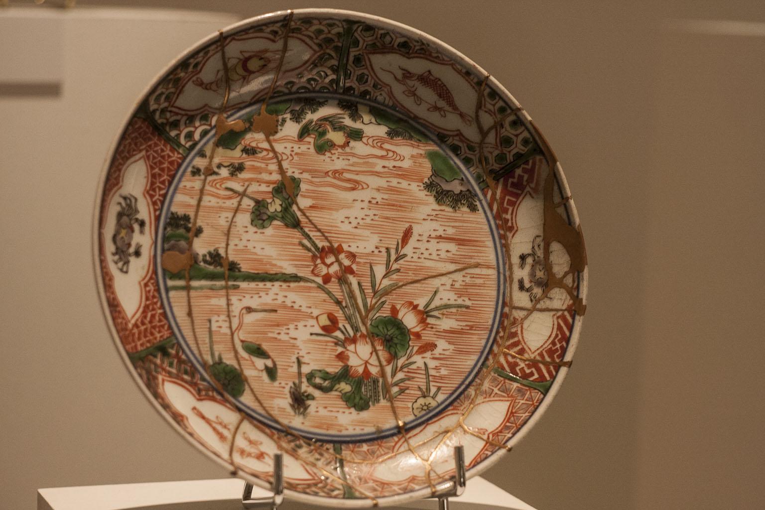 Le Kintsugi est un art japonais qui consiste à réparer les céramiques avec une laque saupoudrée d'or.