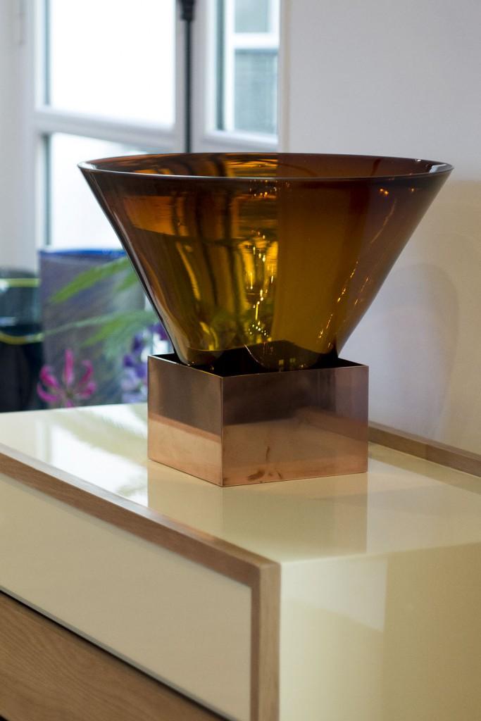 Pièce de la collection Rozmowa, une série de 5 objets composés de surfaces de cuivre et de contenants en verre par Amaury Poudray