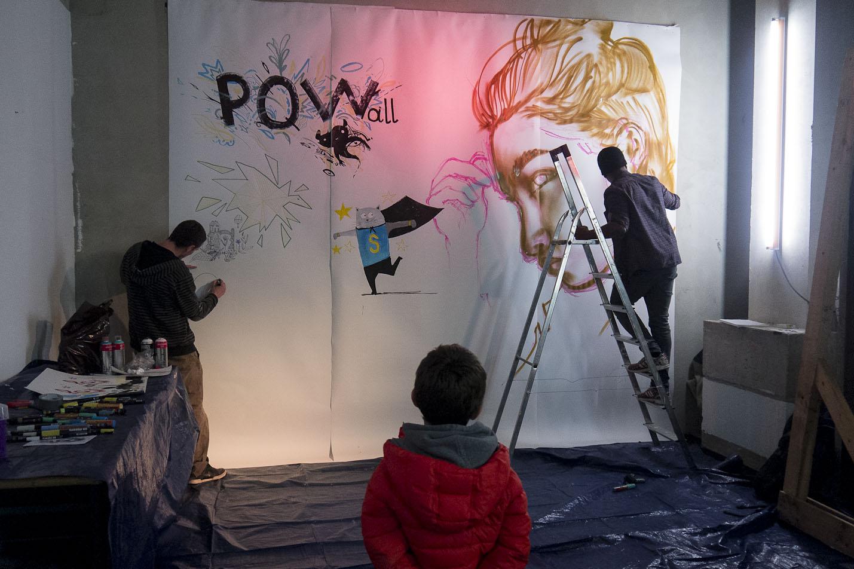 Les artistes Wallas et Grem.one à l'oeuvre sur la fresque collective de l'Expo PoW